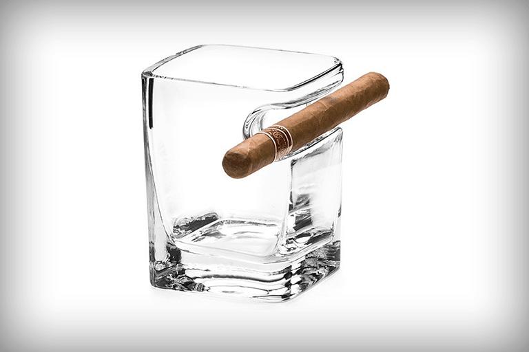 whiskeyglas met sigaarhouder